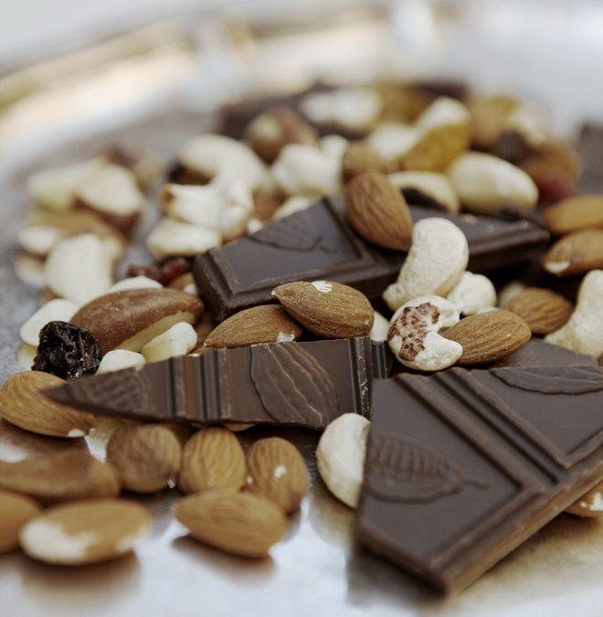 Snabbt påskgodis del II: Ta det som finns och doppa i choklad